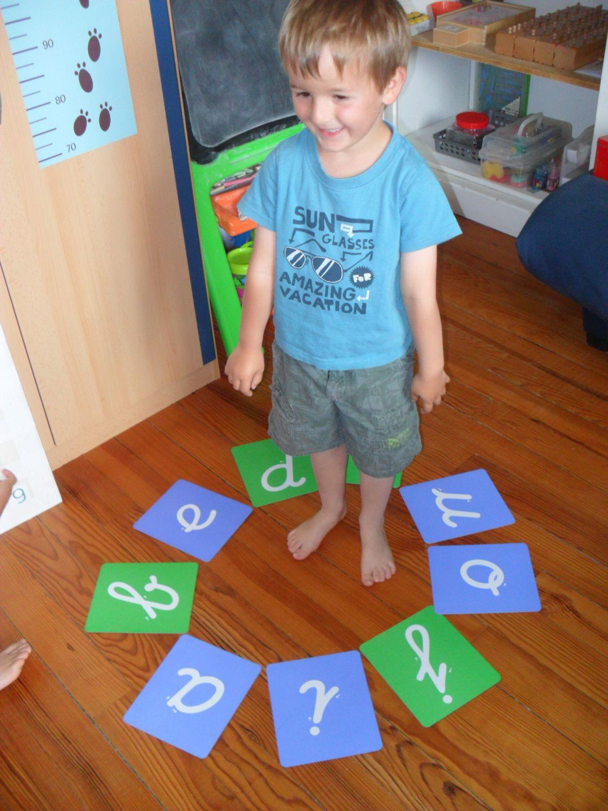 Demander à l'enfant de se placer au milieu du cercle.