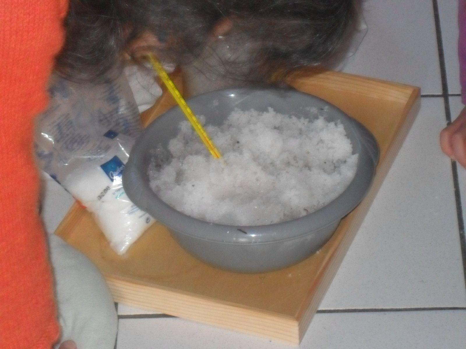 Dans le mélange glace/sel, la température descend jusqu'à -20°C : il y a plus froid que la glace.