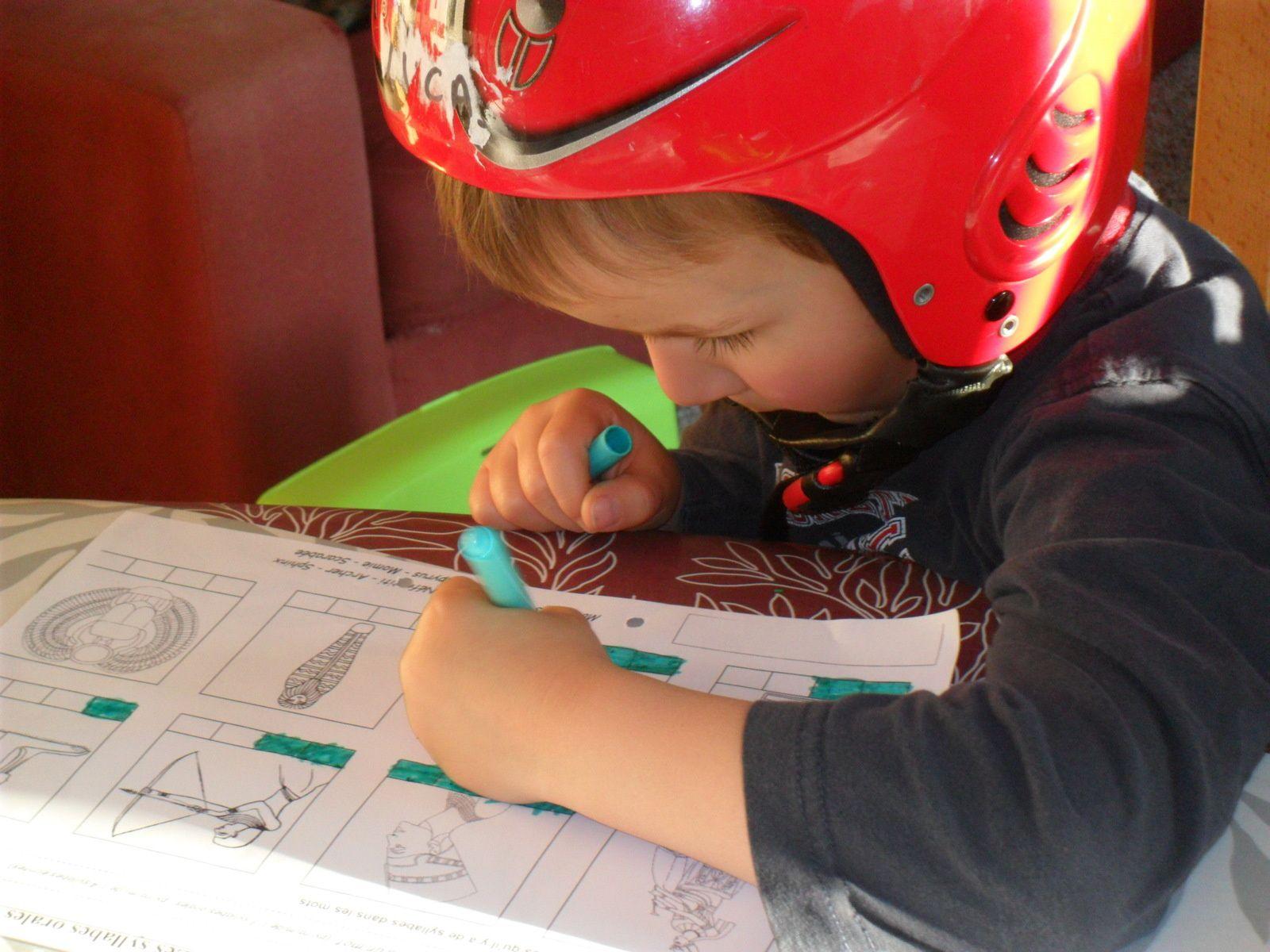 Jonah a passé la journée entière avec son casque de ski sur le tête! Il avait une folle envie d'aller skier!
