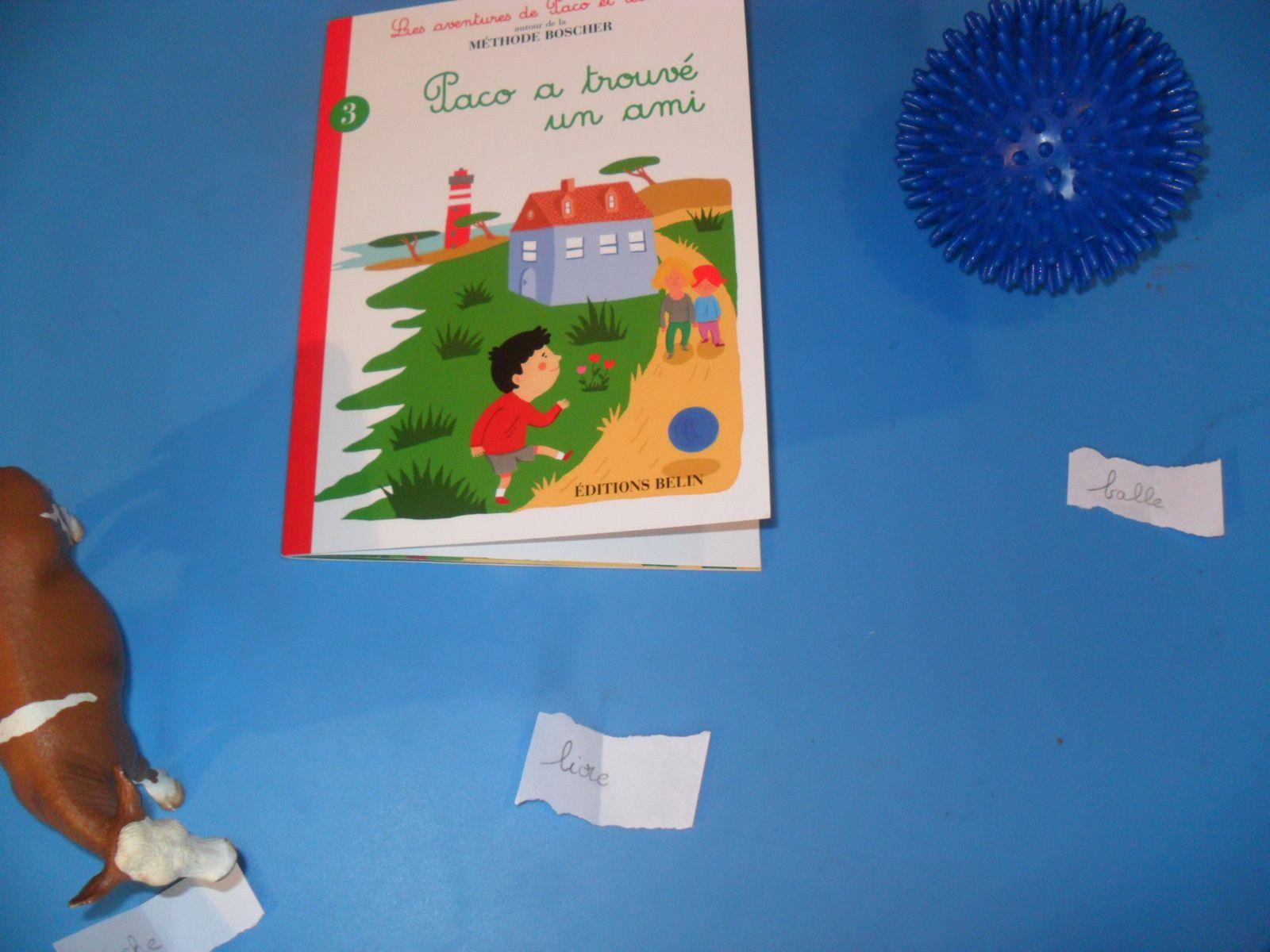 Mathieu a lu ce que j'avais écrit sur de petits bouts de papier et il a apporté les objets demandés sur la table de travail.