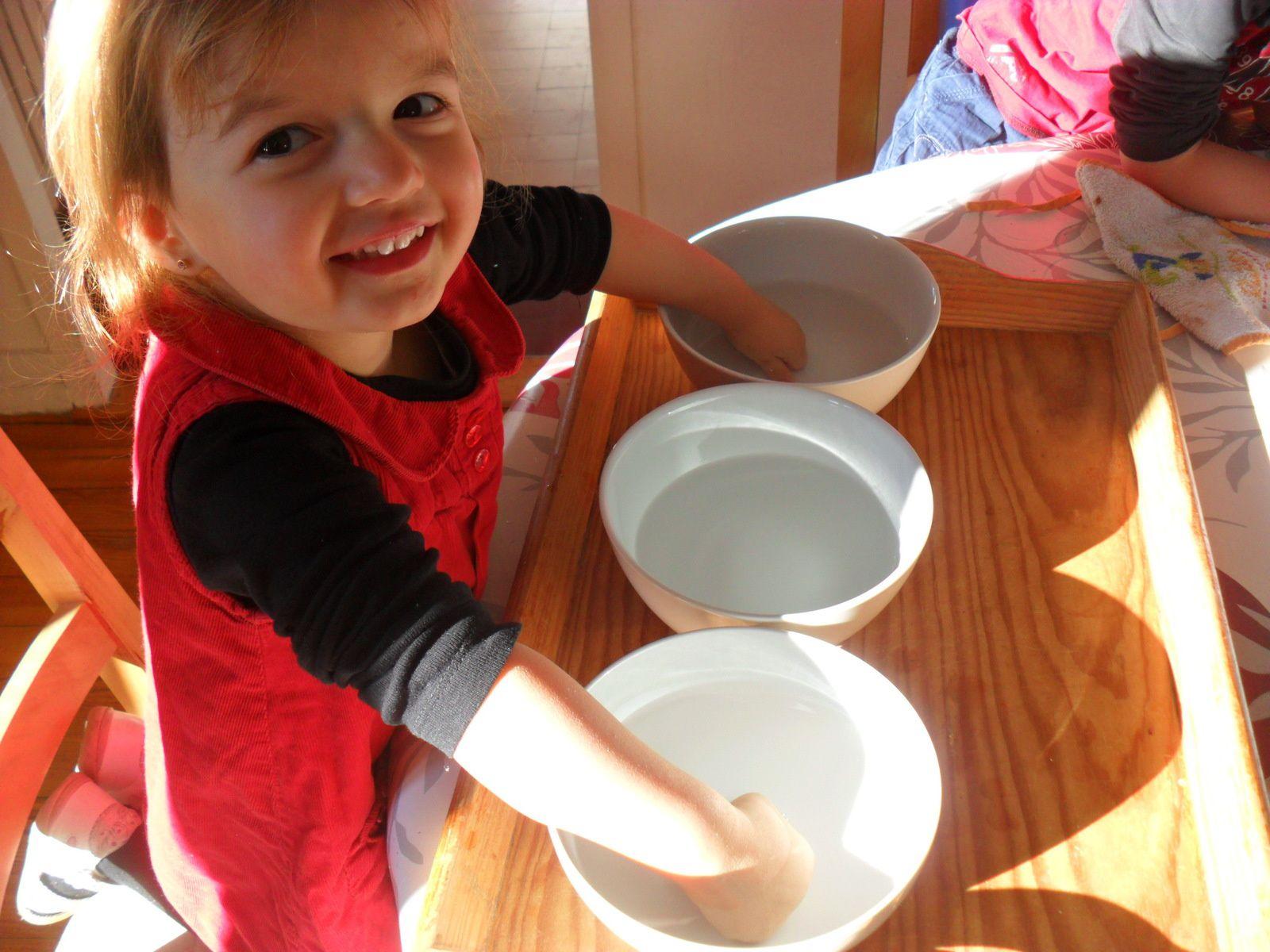 Autre expérience proposée par le jeu : remplir un bol avec de l'eau très froide (celui de gauche), et un bol avec de l'eau très chaude (pas brûlante, celui de droite). Au milieu, mettre un bol avec de l'eau tiède. Mettre les mains dans les bols de gauche et de droite pendant 30 secondes. (C'est Alana qui a compté jusqu'à 30 pour ses frères et pour elle. Cela m'a permis de voir qu'elle en est capable). Ensuite, mettre les deux mains en même temps dans le bol d'eau tiède du milieu. Que ressent-on? Avec la main gauche, celle qui était dans le bol d'eau froide, on a l'impression que l'eau est chaude. Avec la main droite, qui était dans l'eau chaude, on a l'impression que l'eau tiède du bol est froide. Notre peau s'était habituée à la température de l'eau dans laquelle elle se trouvait.