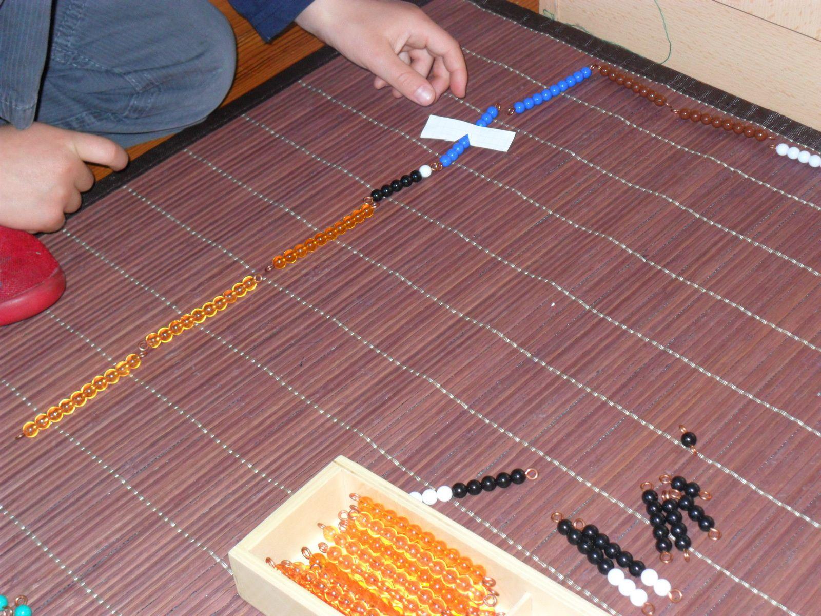 Barrette noire et blanche : 6 + 4 perles de la barrette bleue = 10, reste 5 qu'il va remplacer par une barrette noire.