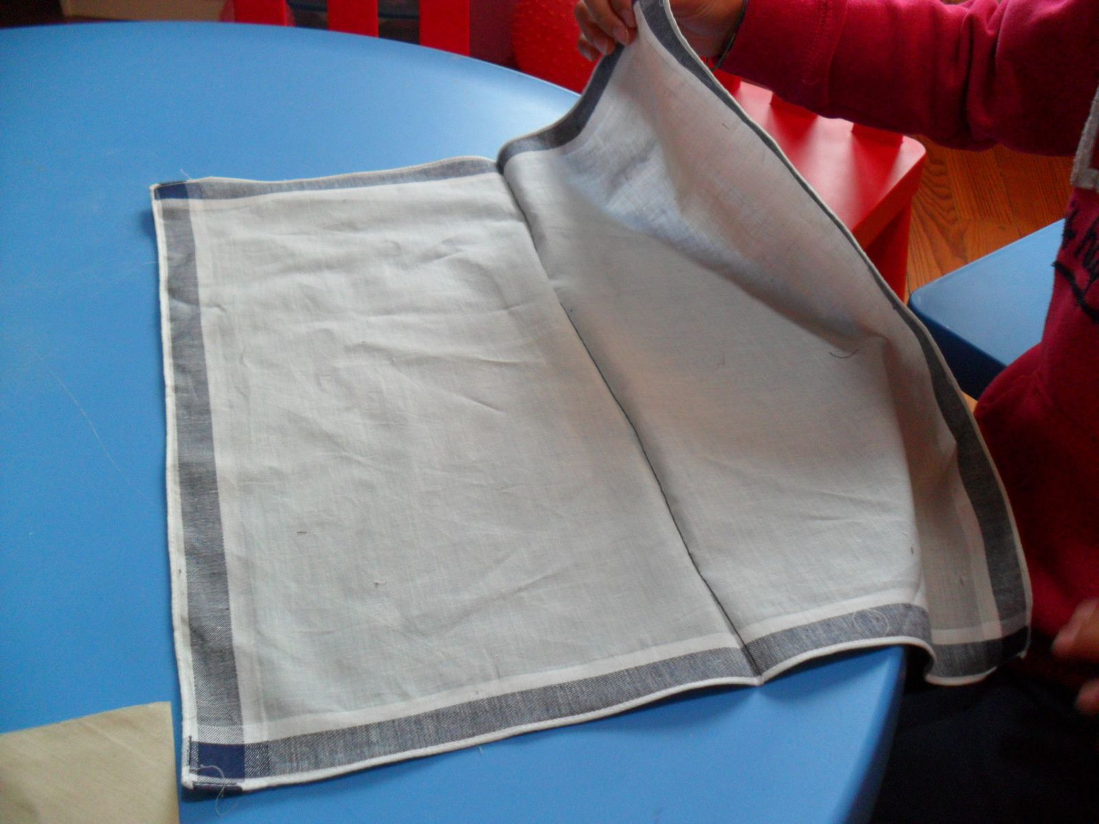 Plier des mouchoirs