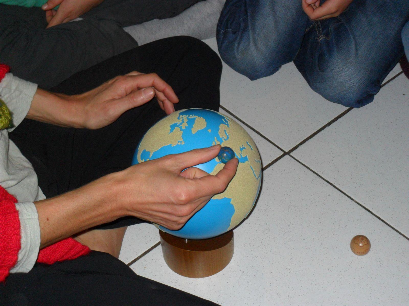 Si on prenait toute l'eau de la terre (l'eau des mers, des océans, des glaciers, des lacs, etc), ça ferait une boule un peu plus petite.