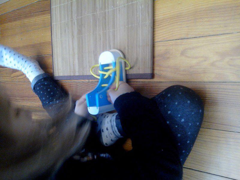Lacer des chaussures.