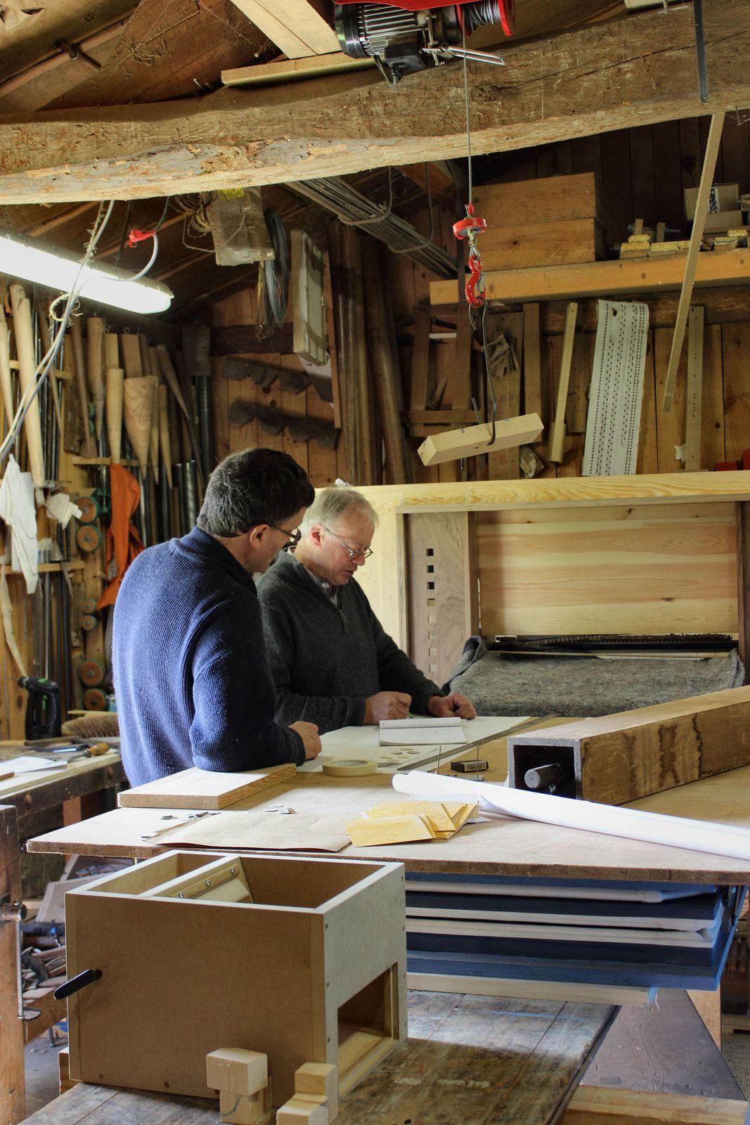 Dans leur atelier, Alain et Eric, les facteurs d'orgue, sont en pleine réflexion sur le positionnement des tuyaux.