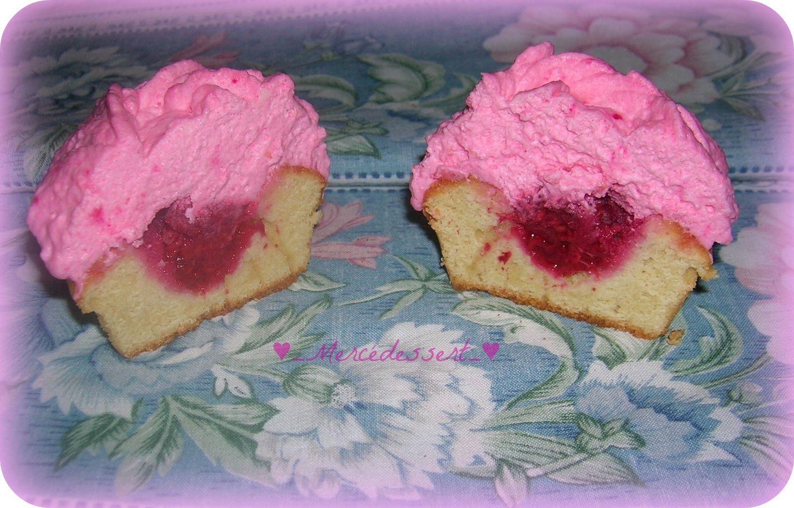 Cupcake vanille coeur framboise et nappage crème au mascarpone