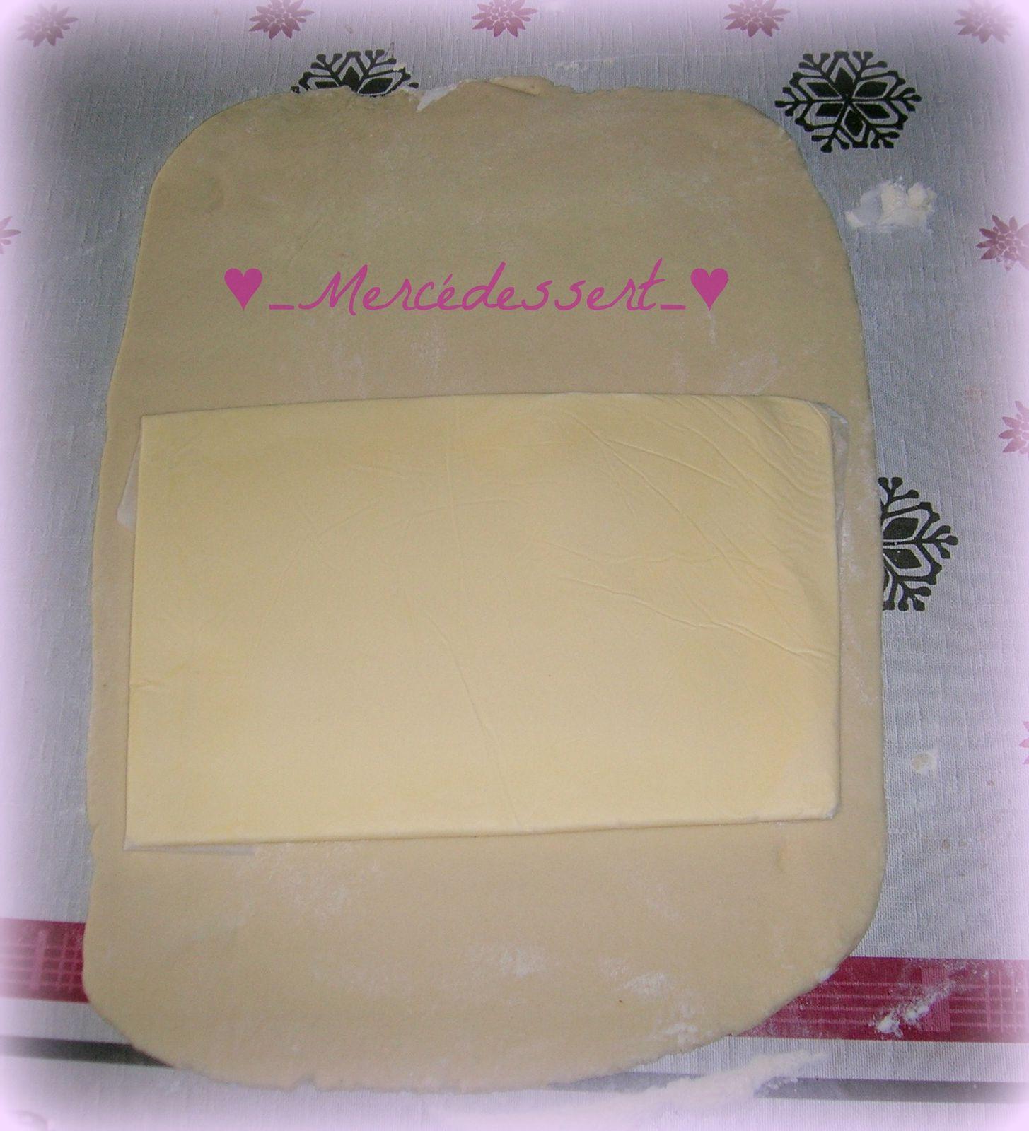 Préparation du feuilletage avec une pâte et une plaque de beurre.
