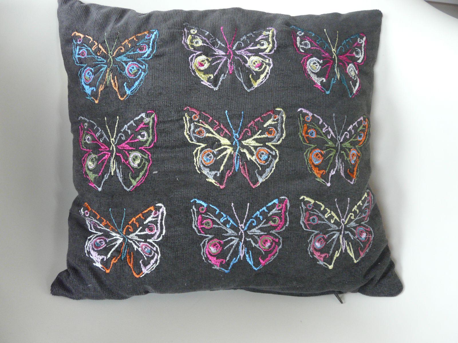 """le coussin aux papillons, recto 6 papillons à la """"Warhol"""", verso tissu Free Spirit"""