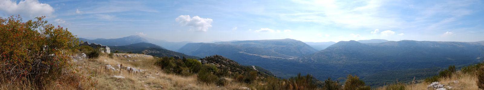 Le castellaras couvre une surface de 8800 m2. Il est situé à 1400m d'altitude. L'enceinte semble avoir été construite au XIVème siècle.