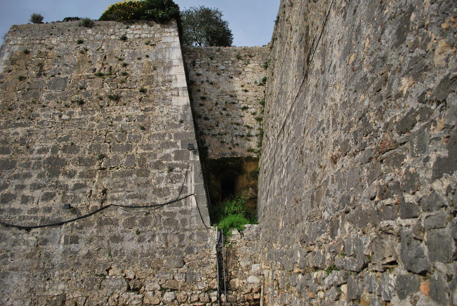 Les casemates et les emplacements du canon se font face. Vestige d'un bastion et Bastion de Grignan