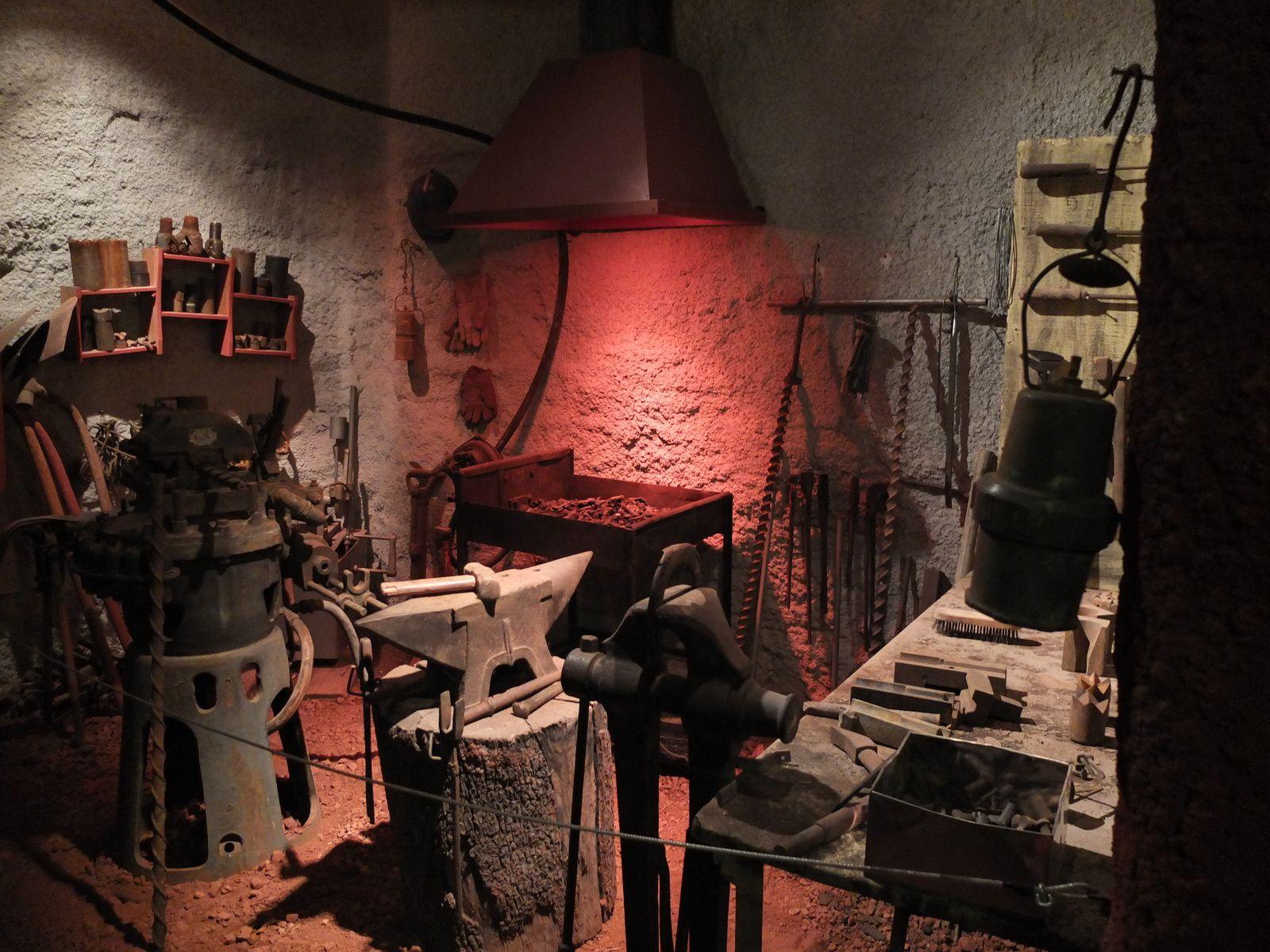 La forge. Le forgeron réparait les outils, ferrait les bêtes.
