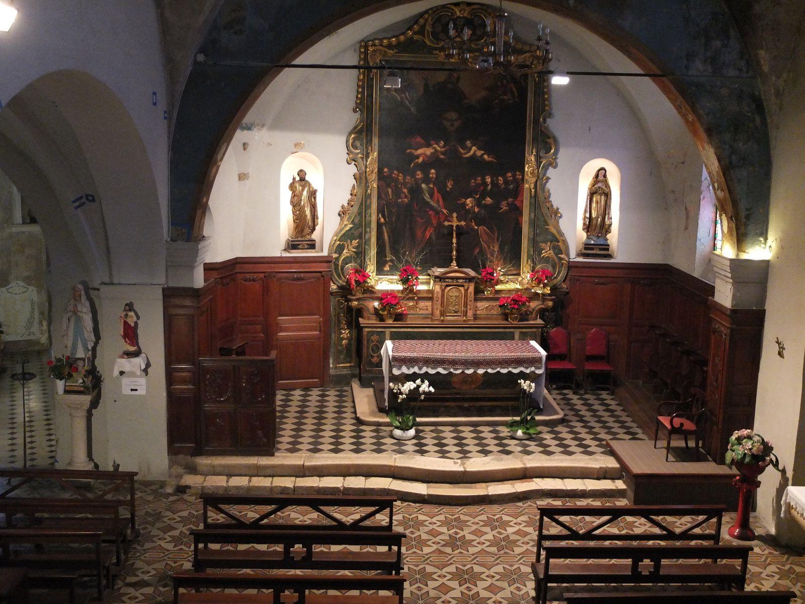 Le maître-autel et une peinture du XVIIIe siècle qui  représente la remise des clés à saint Pierre.