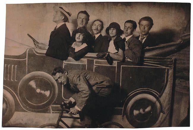 Joseph Delteil et ses amis surréalistes à la foire de Neuilly en 1924. De gauche à droite : Max Morise, Max Ernst (à bicyclette), Simone Breton, Paul Eluard, Joseph Delteil, Gala Eluard, Robert Desnos et André Breton.