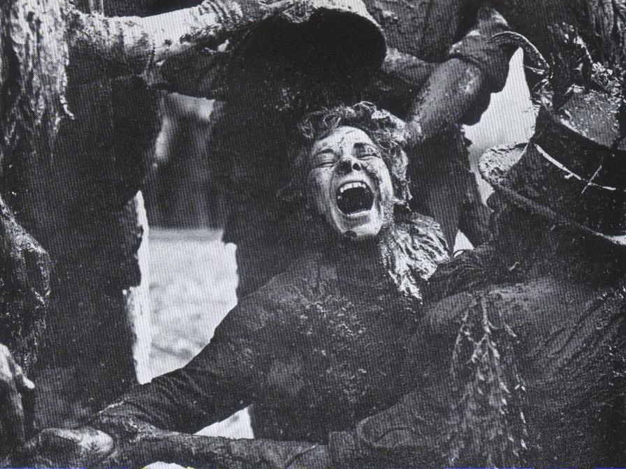Une jeune femme subit l'épreuve des Pailhasses à Cournonterral. (Photo Charles Camberoque)