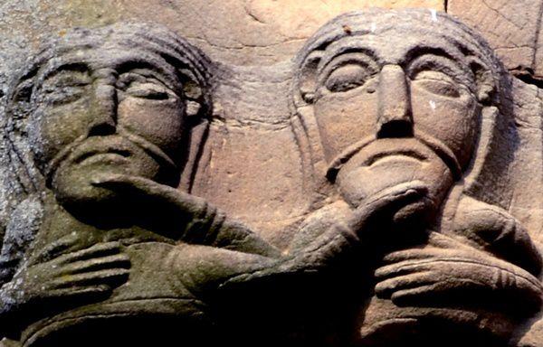 Eglise Romane de Rosheim, 'tu me tiens, je te tiens par la barbichette..'