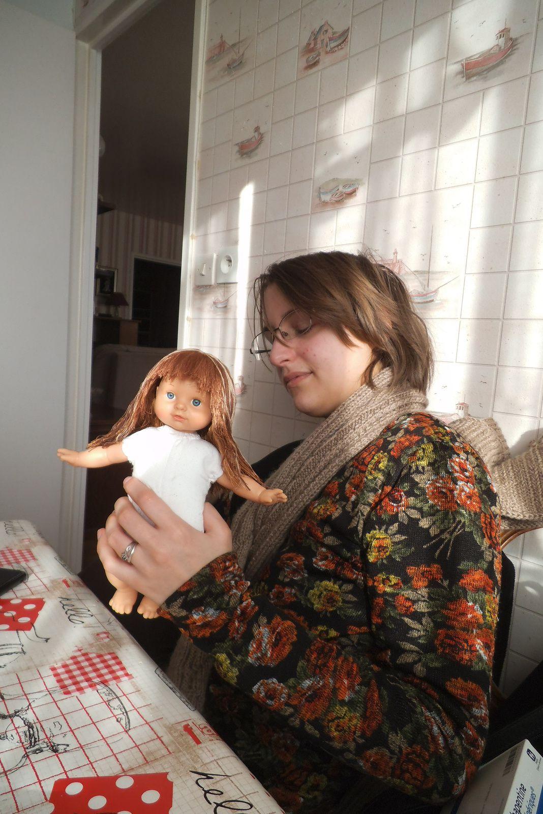 pose d'une perruque et nouvelle poupée à habiller