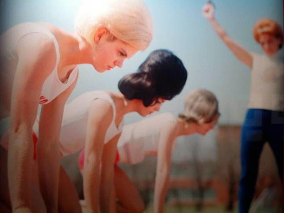 Neal Baar (1954)/ L'équipe des Bouffant Belles lors du départ d'une course. Les Bouffant Belles étaient une équipe texane féminine de course à pieds, réputées pour leurs performances et pour leur beauté.  A chaque compétition, les membres de l'équipe arboraient une nouvelle coiffure.