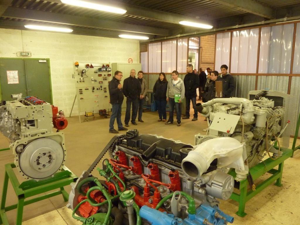 Jean Baptiste, formateur, présentant l'atelier moteur transmission.