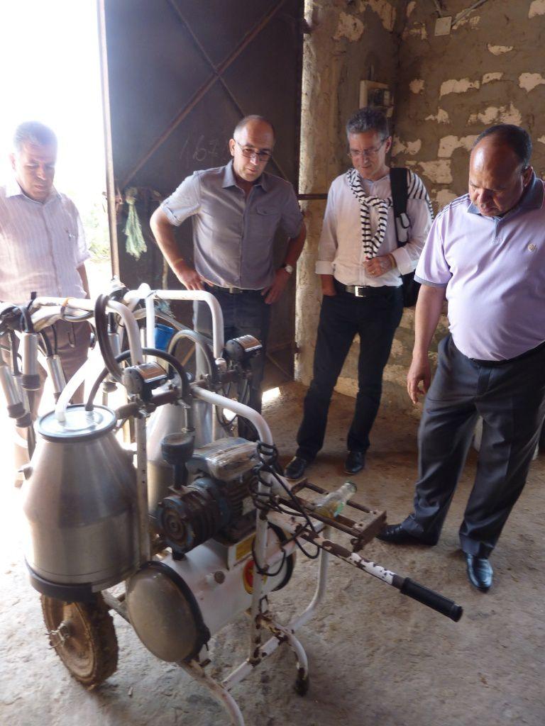 Luc Hervouet et Jean Michel Brechet de la coopérative d'Herbauges avec Mohamed Sioud, directeur de la coopérative El Houda, lors de la mission en Tunisie du mois de juin 2014.