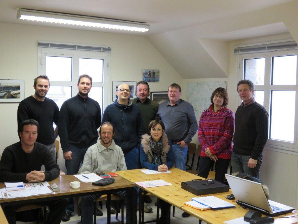 Les membres du conseil de centre et l'équipe responsable de la formation saliculture autour du président du conseil de centre.