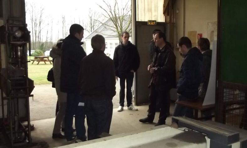 Visites des ateliers et des projets pédagogiques par petits groupes accompagnés par un formateur, ici avec Bruno Chauveau.