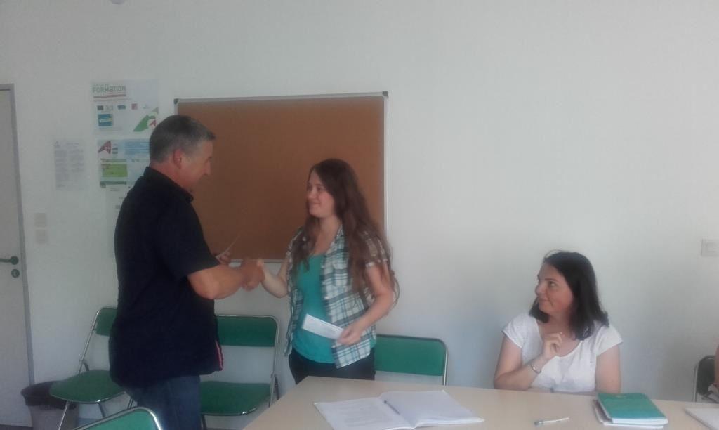 Paul CHARRIAU, président de l'ADPS remet les  deux chèques de 500€ à Léonore et Lucille