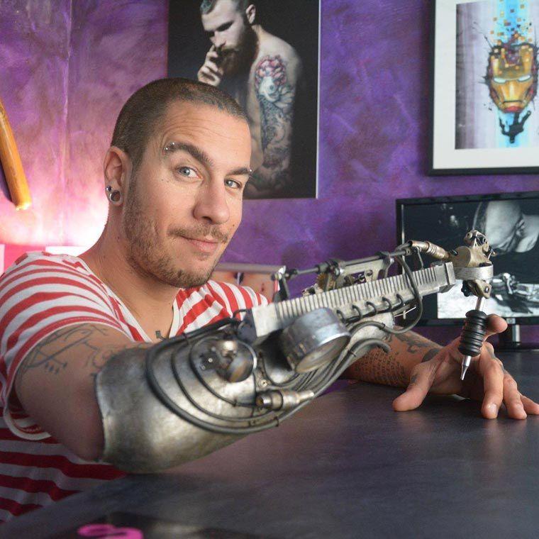 Le premier tatoueur au monde à tatouer avec un bras biomécanique!