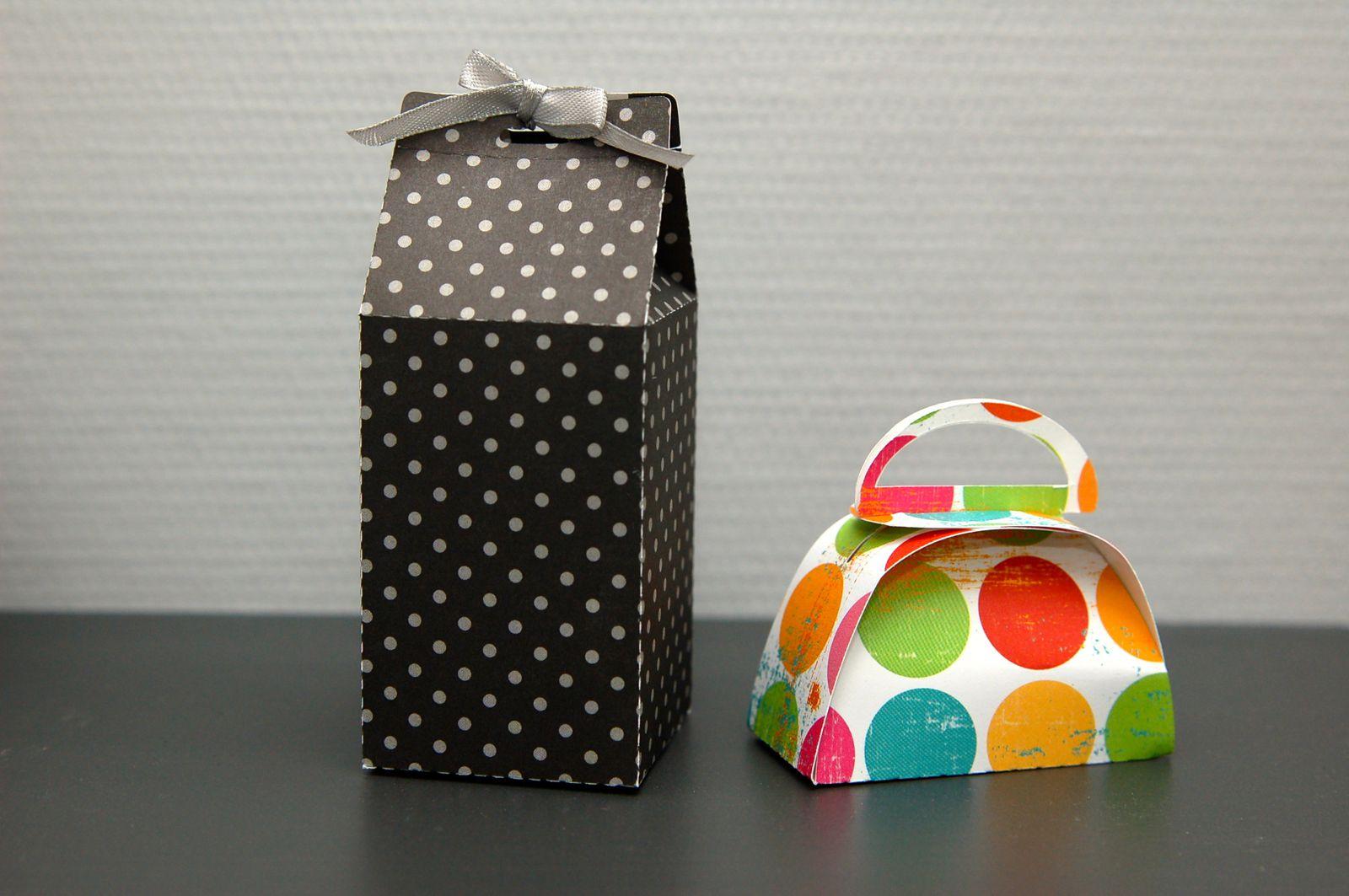 deux petites boîtes, un petit pot à lait et un petit sac à main