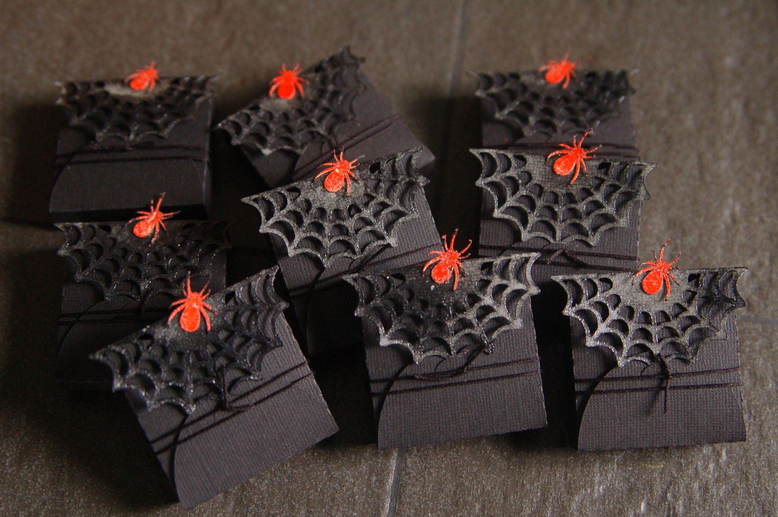 des petites boîtes remplies de bonbons découpées à la caméo et embosssées pour un plus joli rendu