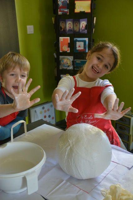 ensuite les enfants l'ont recouvert de bandes de plâtre