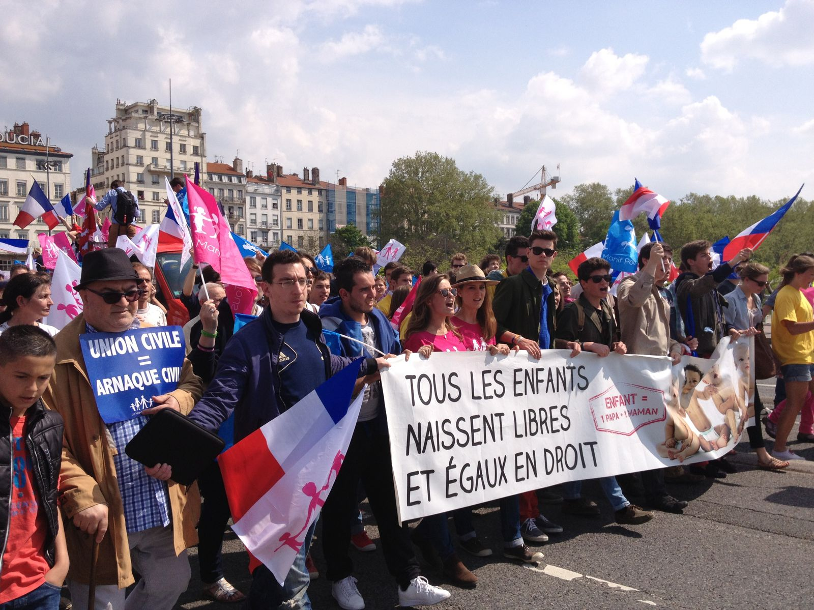 Retour sur le clash du 5 mai entre Frigide Barjot, venue imposer à tous l'Union Civile portée par l'UMP et une grosse partie des manifestants opposés à l'Union Civile. Pour réussir, la Manif du 26 mai à Paris ne devra pas renouveller les mêmes errements de part et d'autre! Il en va de la suite du mouvement!