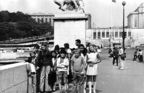 En voyage à Paris, devant les jardins du Trocadéro. Les anciens élèves de l'école Pasteur reconnaîtront  Messieurs Botin et Filipiak.