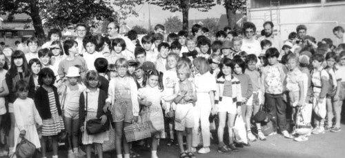 En attendant le départ dans la cour de l'école Pasteur