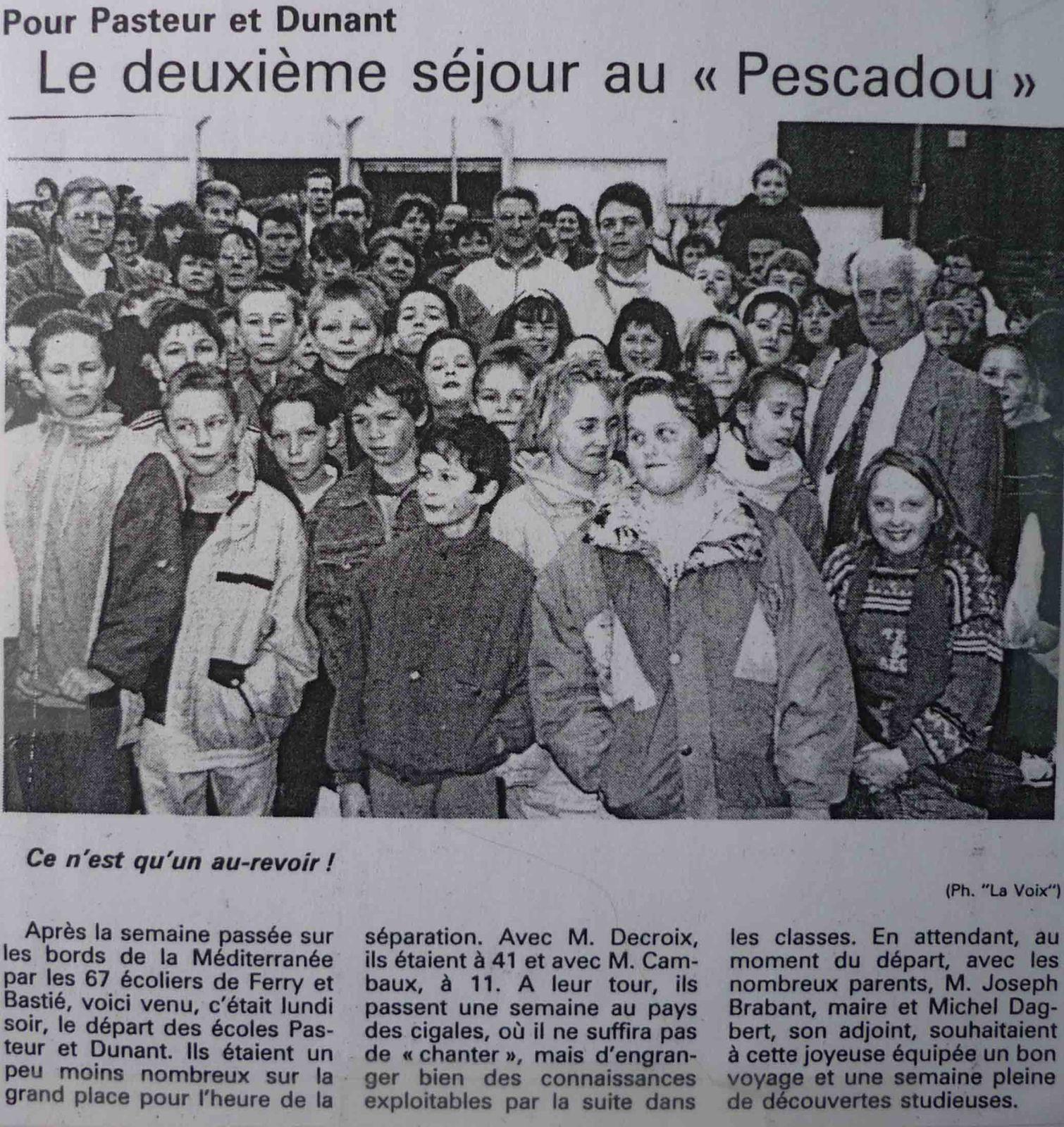 Le jour du départ pour les enfants des écoles de Barlin. Joseph Brabant et les parents attendent le départ des écoliers pour le Pescadou en avril 1992.