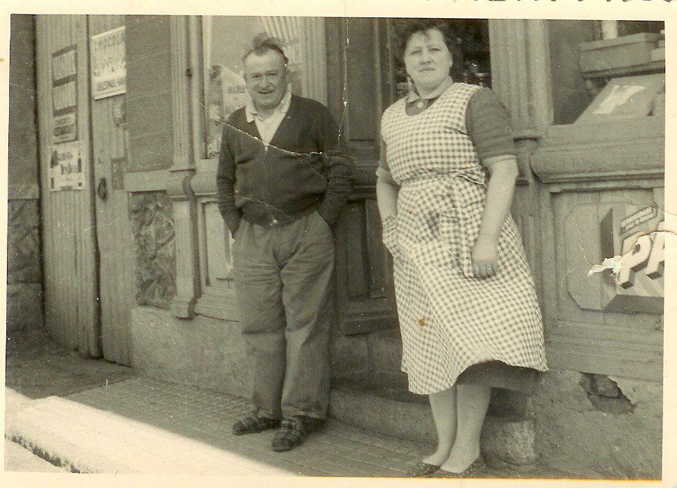 Monsieur et Madame Pailleron devant l'épicerie familiale