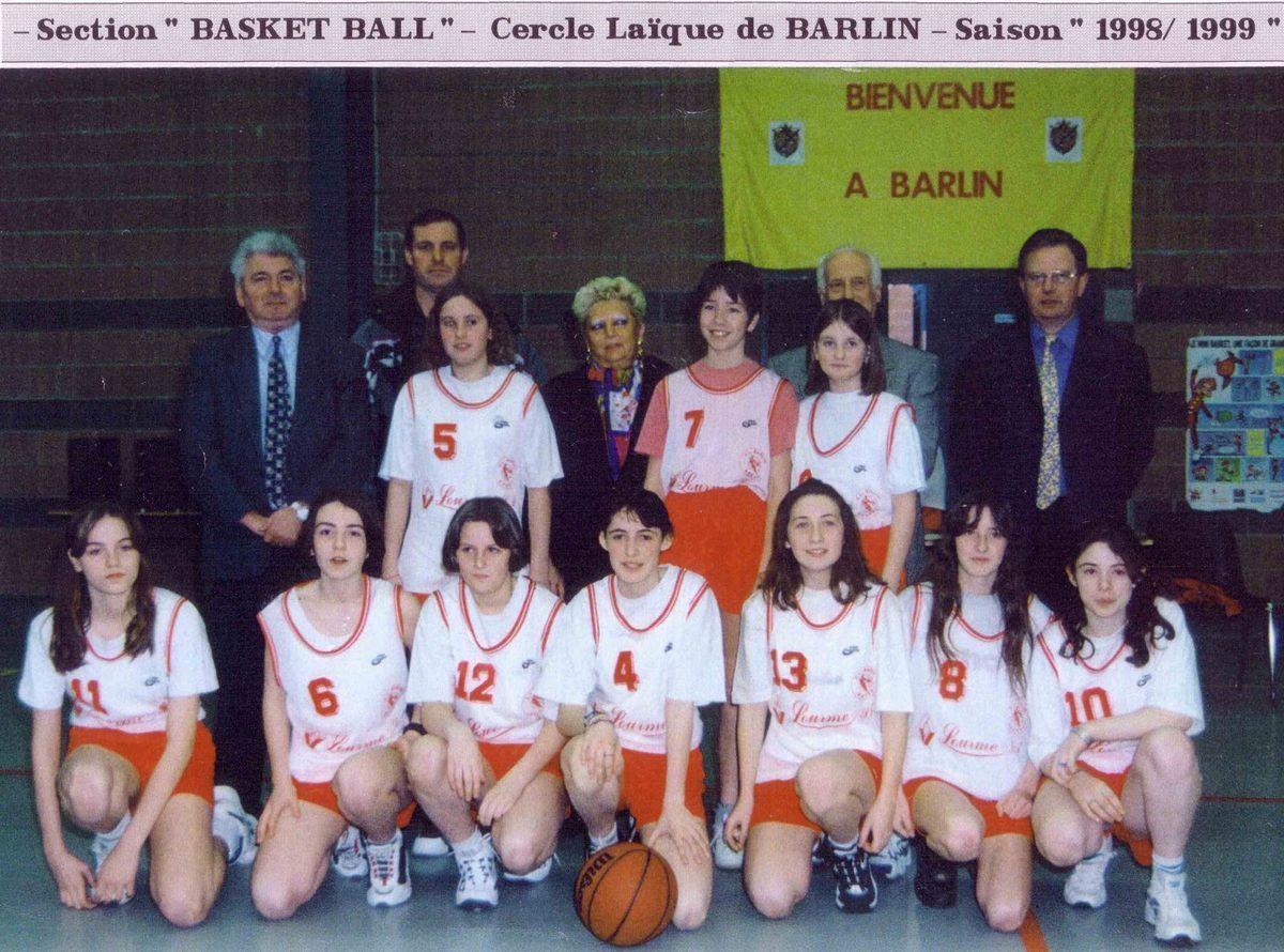 Les cadettes du CL Barlin posant en compagnie de Joseph Brabant, le maire de Barlin, Danièle Hennion, la présidente du Cercle Laïque, Gérard Brunet, l'entraîneur de l'équipe et les adjoints au maire Daniel Lasak et Gérard Paillard.