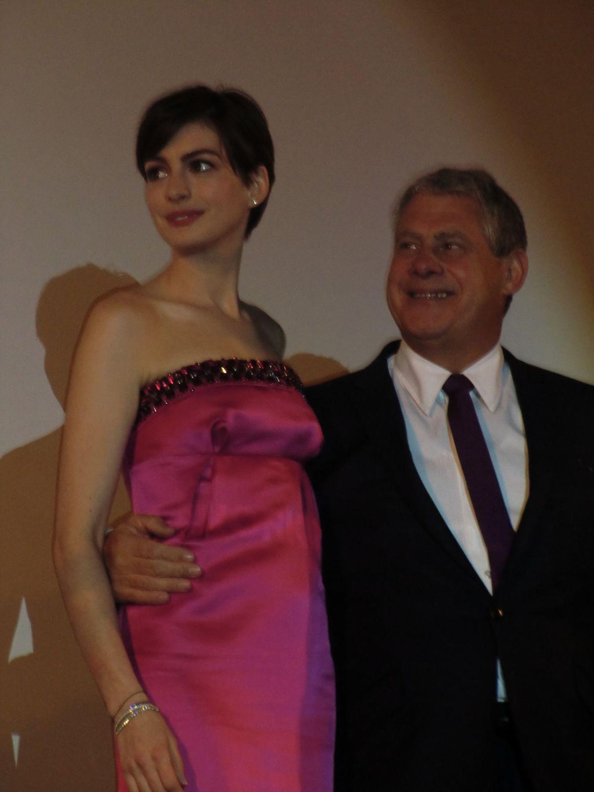 Elle est belle Anne Hathaway (mais sa robe bustier est mal ajustée..)