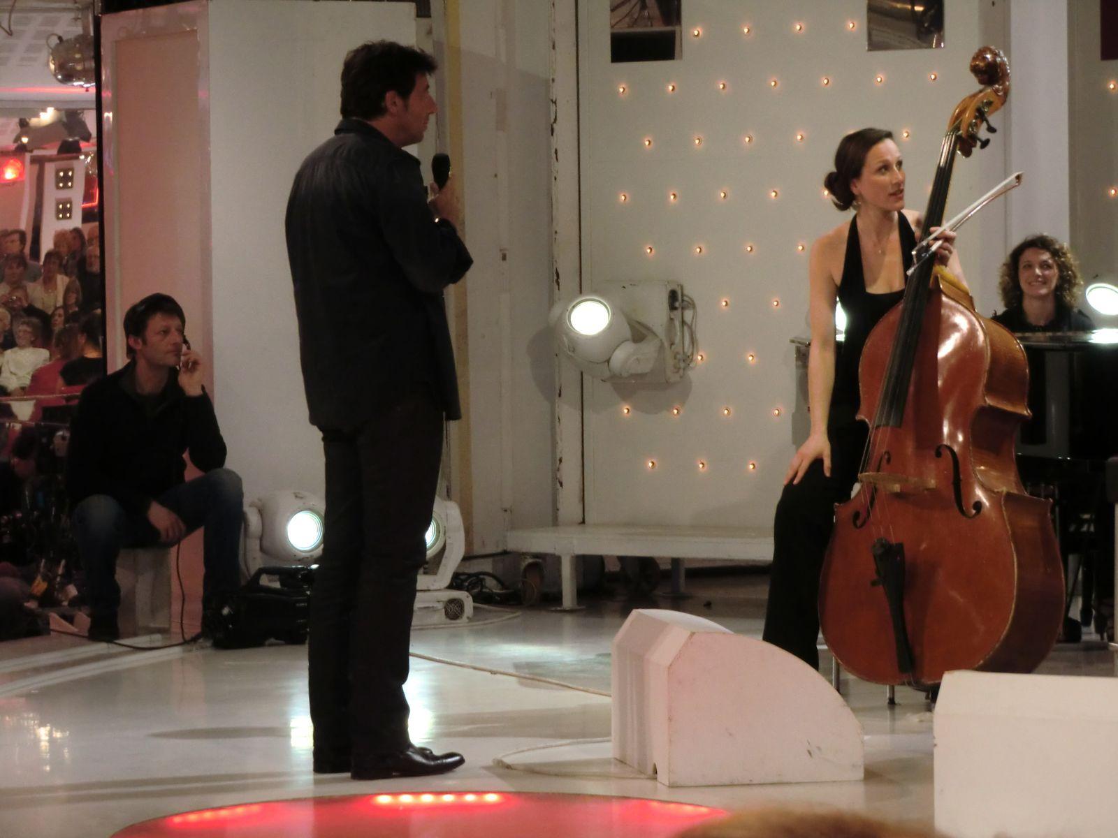 Patrick attend, les musiciens qui accordent leurs instruments