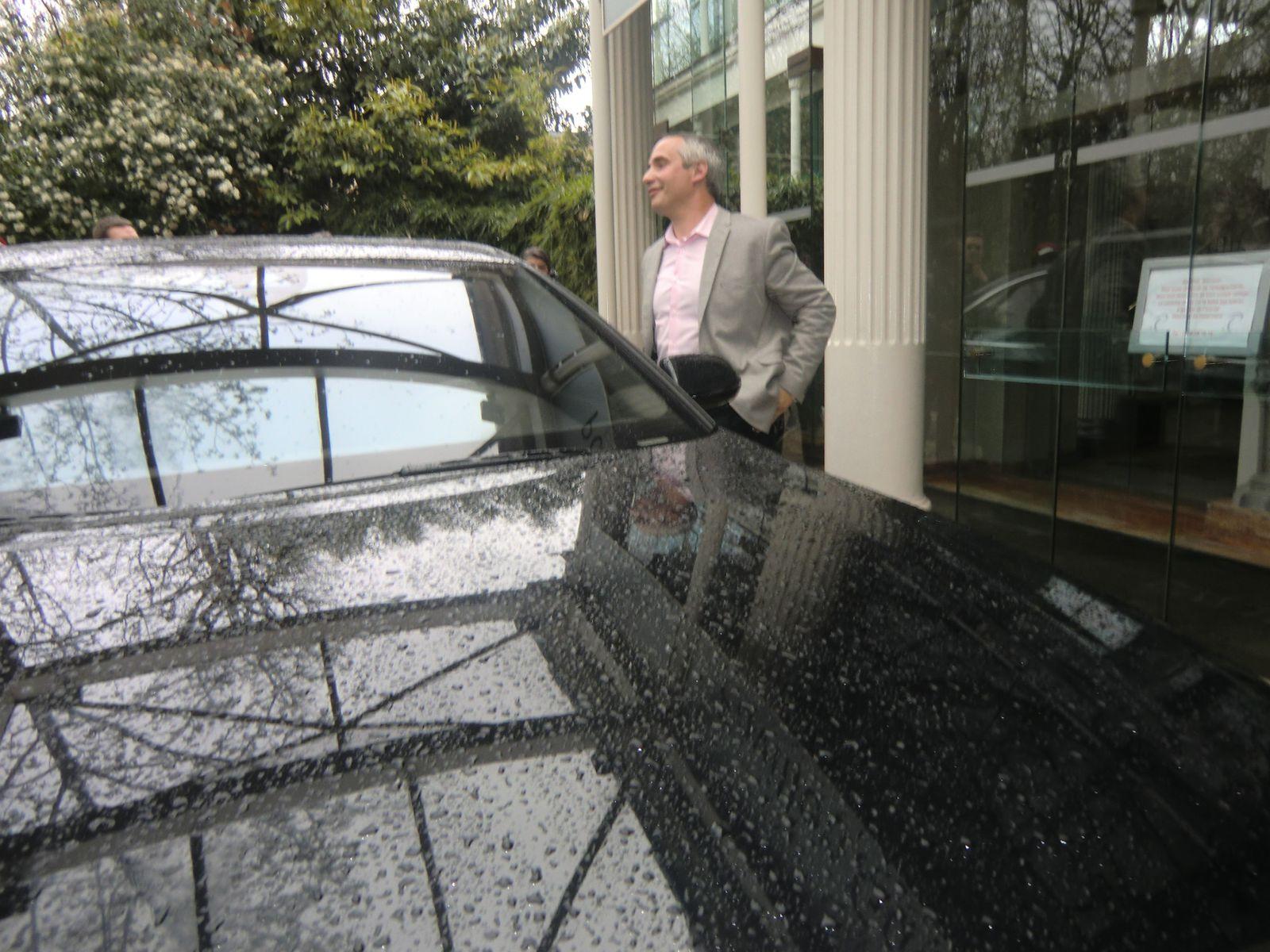 Le chauffeur de Jean-Paul Belmondo a avancé la voiture devant le Pavillon Gabriel; la sortie de Jean-Paul est imminente.
