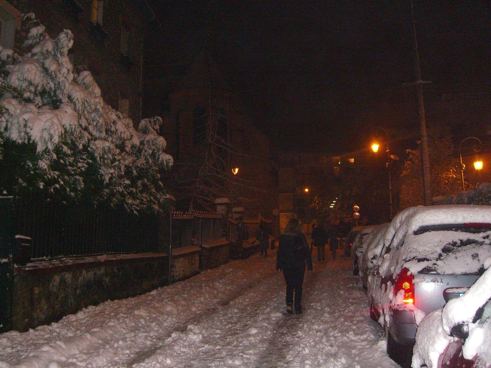 Rue de Baudreuil, tout est calme, on n'entend que le craquement des pas dans la neige