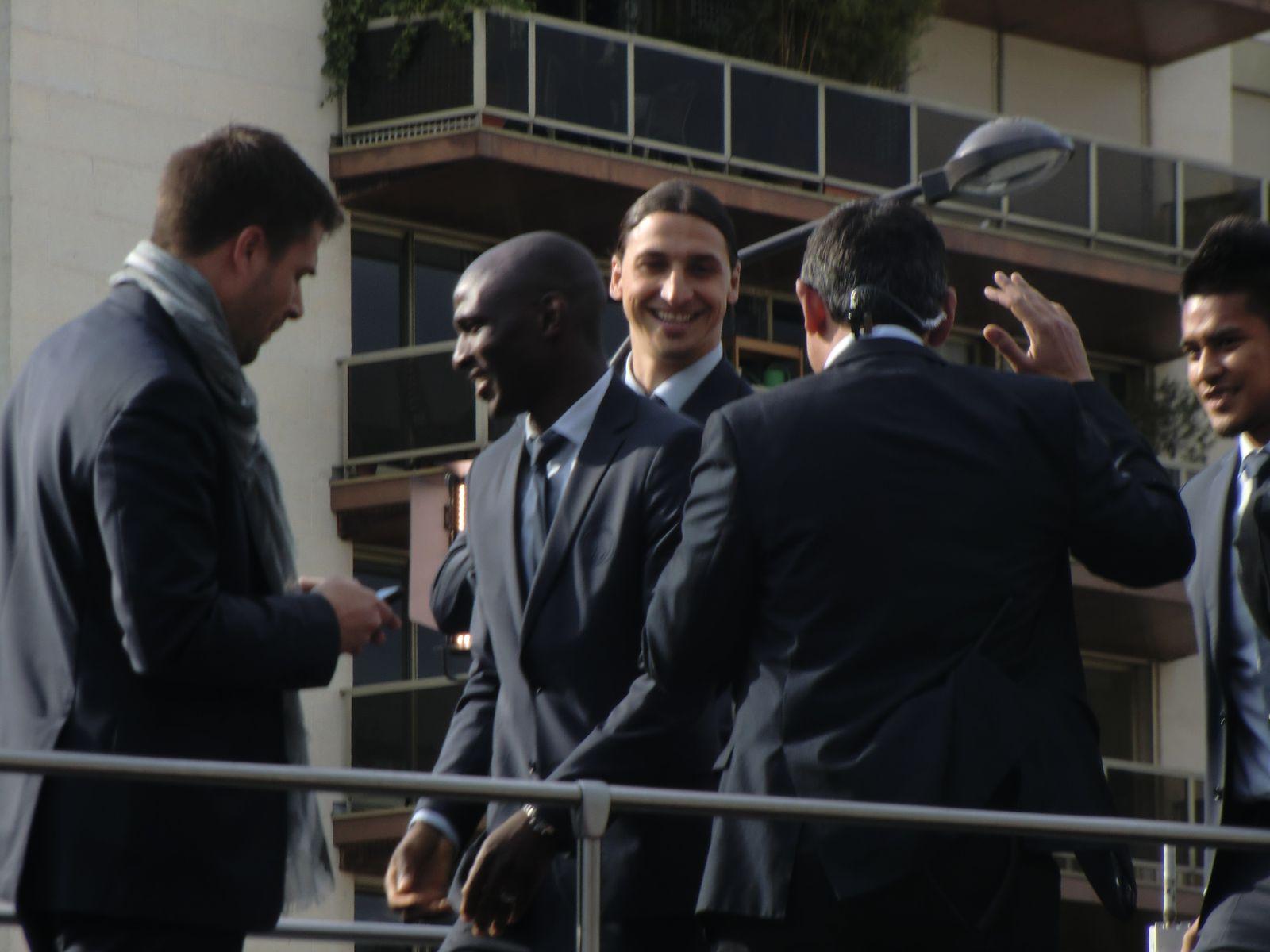 le Président  du PSG Nasser AL-KHELAIFI sur la dernière photo tout à droite