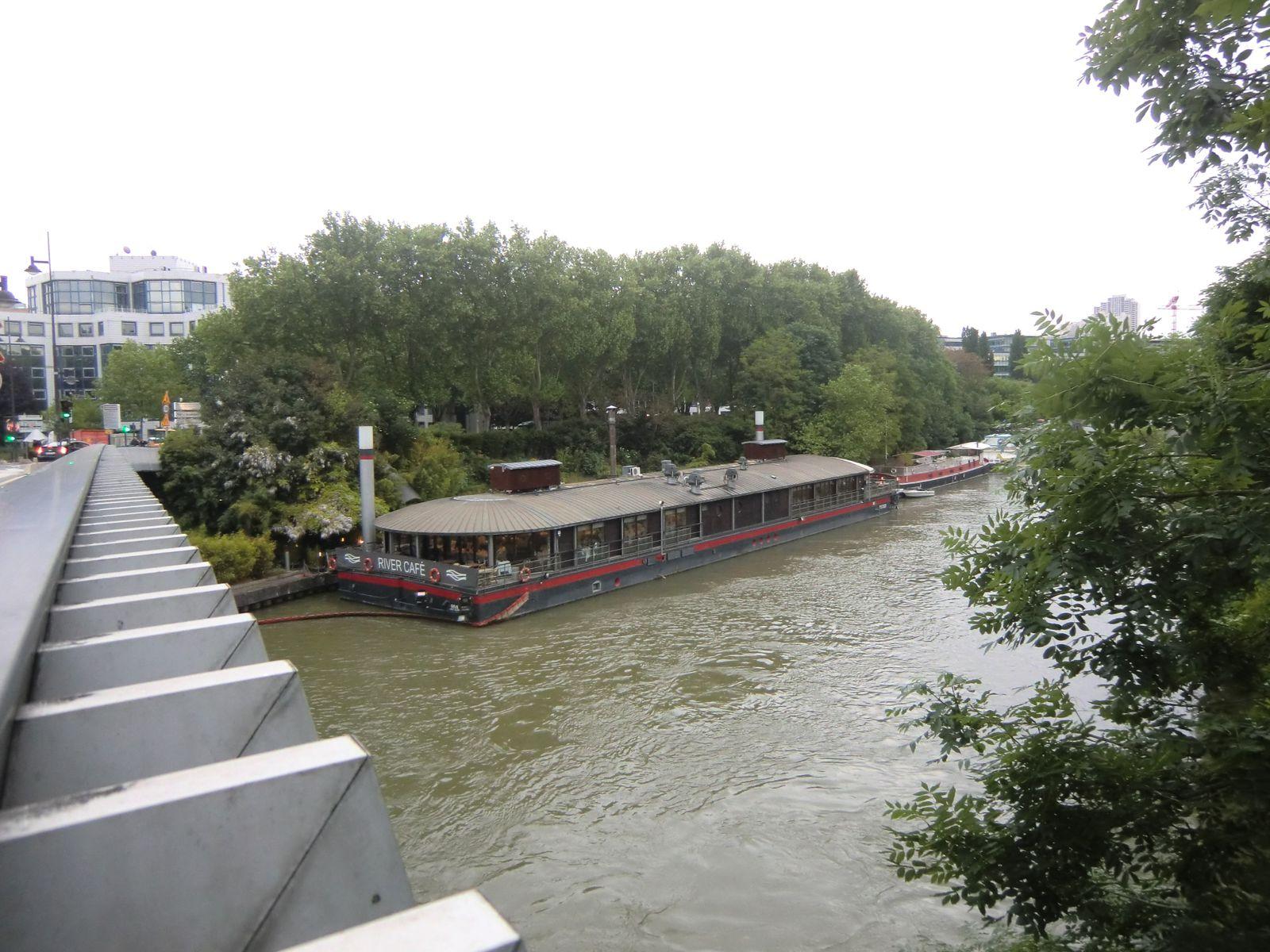 """La péniche restaurant """"Le River Café"""" vu du Pont d'Issy"""
