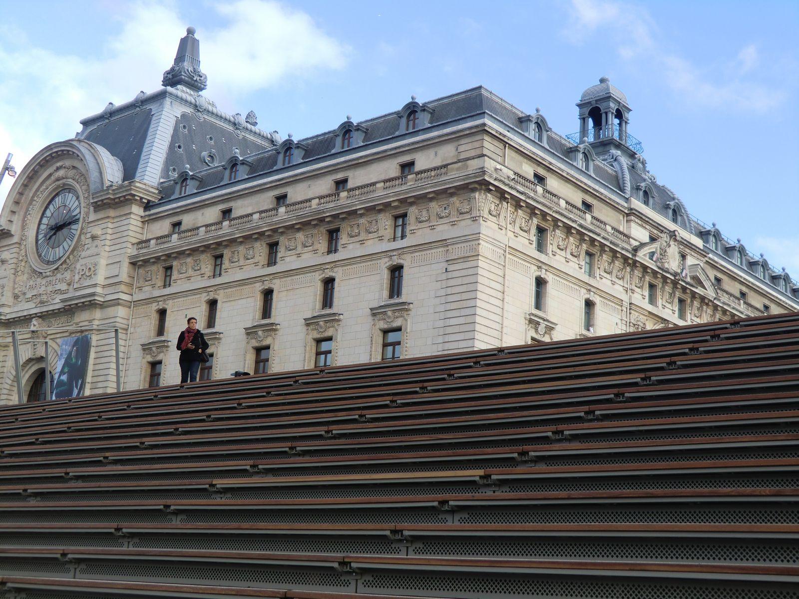 Le Musée d'Orsay et les marches en bois qui rejoignent la Seine