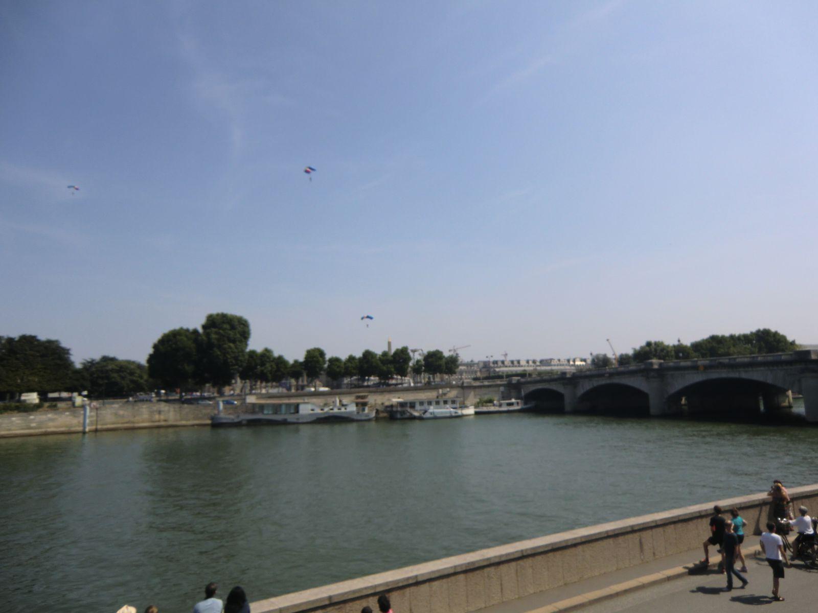 La descente des parachutistes vers la Concorde. Mais pas facile de réussir les photos des hélicoptères et des parachutistes dans le ciel. J'avais le soleil juste au dessus de moi qui m'éblouissait et du coup j'avais du mal à les voir dans mon appareil photo