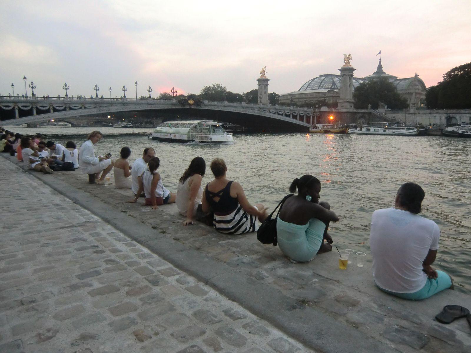 Détente au bord de l'eau, côté Rive-Gauche, je rejoins les Champs-Elysées