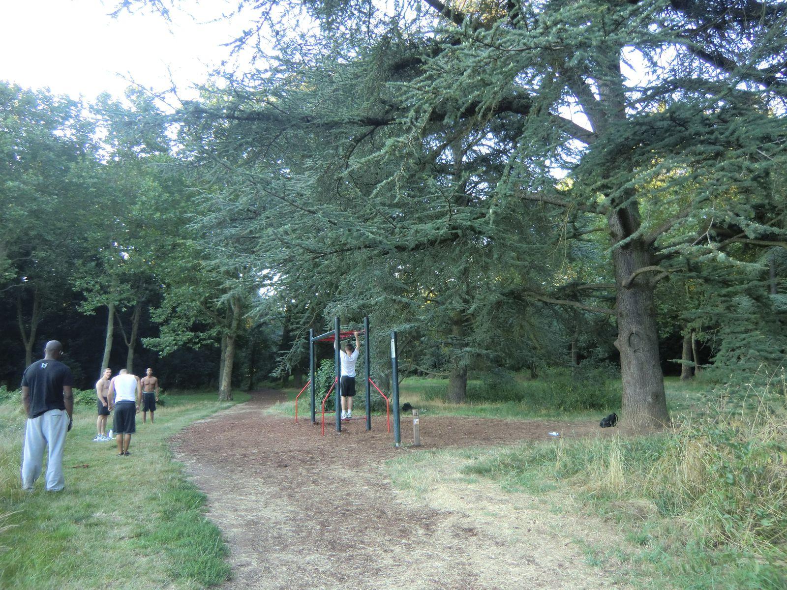 Je quitte le Mémorial et je croise un parcours de santé dans le parc
