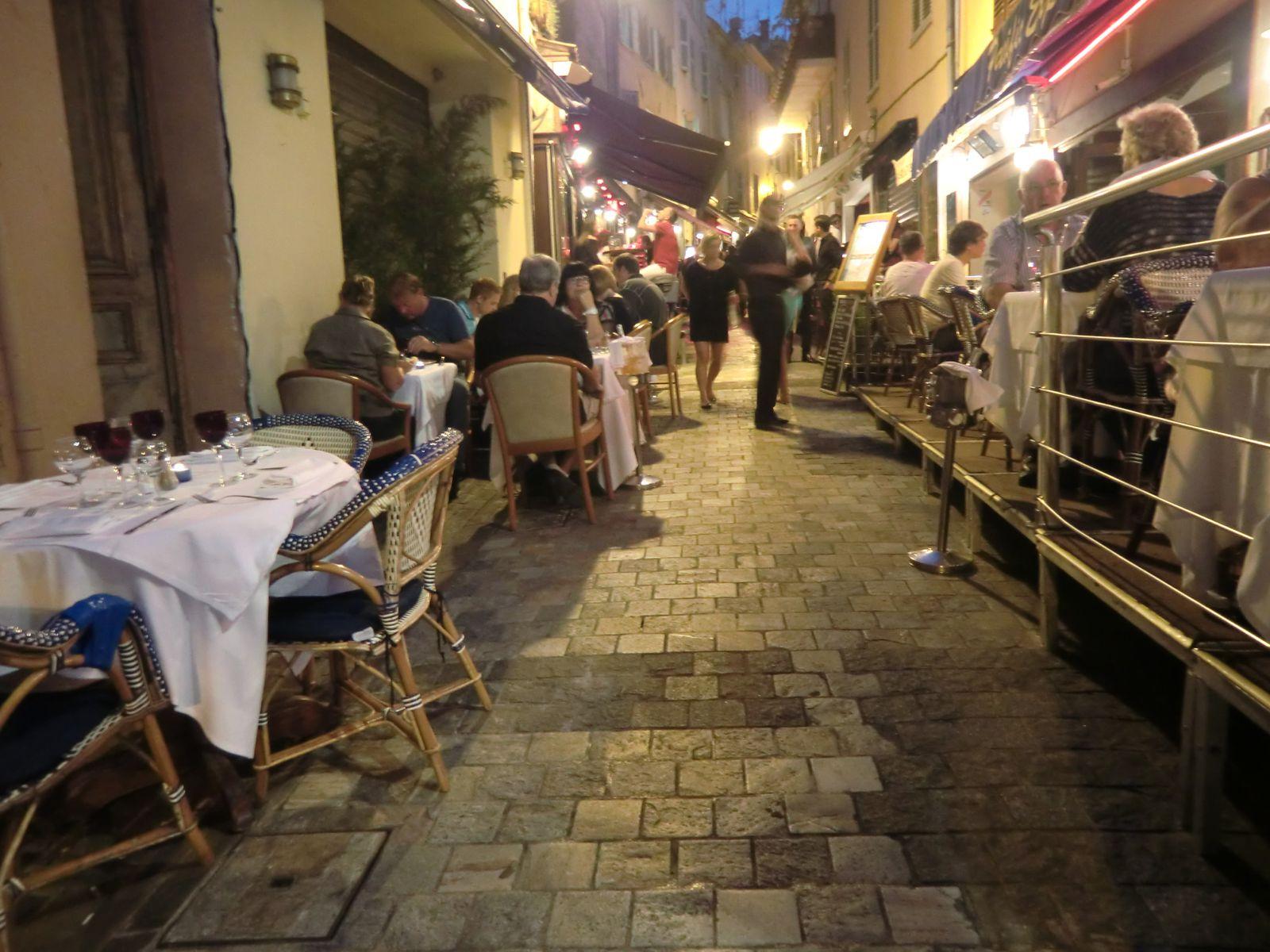 La rue Saint-Antoine est une ruelle très étroite et pentue qui monte au Suquet. Elle est bordée de restaurants où les touristes aiment s'y attabler dès que la nuit commence à tomber.