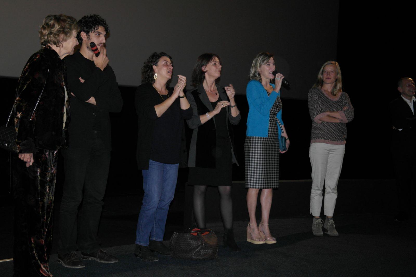Une partie de l'équipe du film, dont Valéria Bruni Tedeschi, la réalisatrice, (gilet bleu) Louis Garrel micro en main sur la gauche de la photo