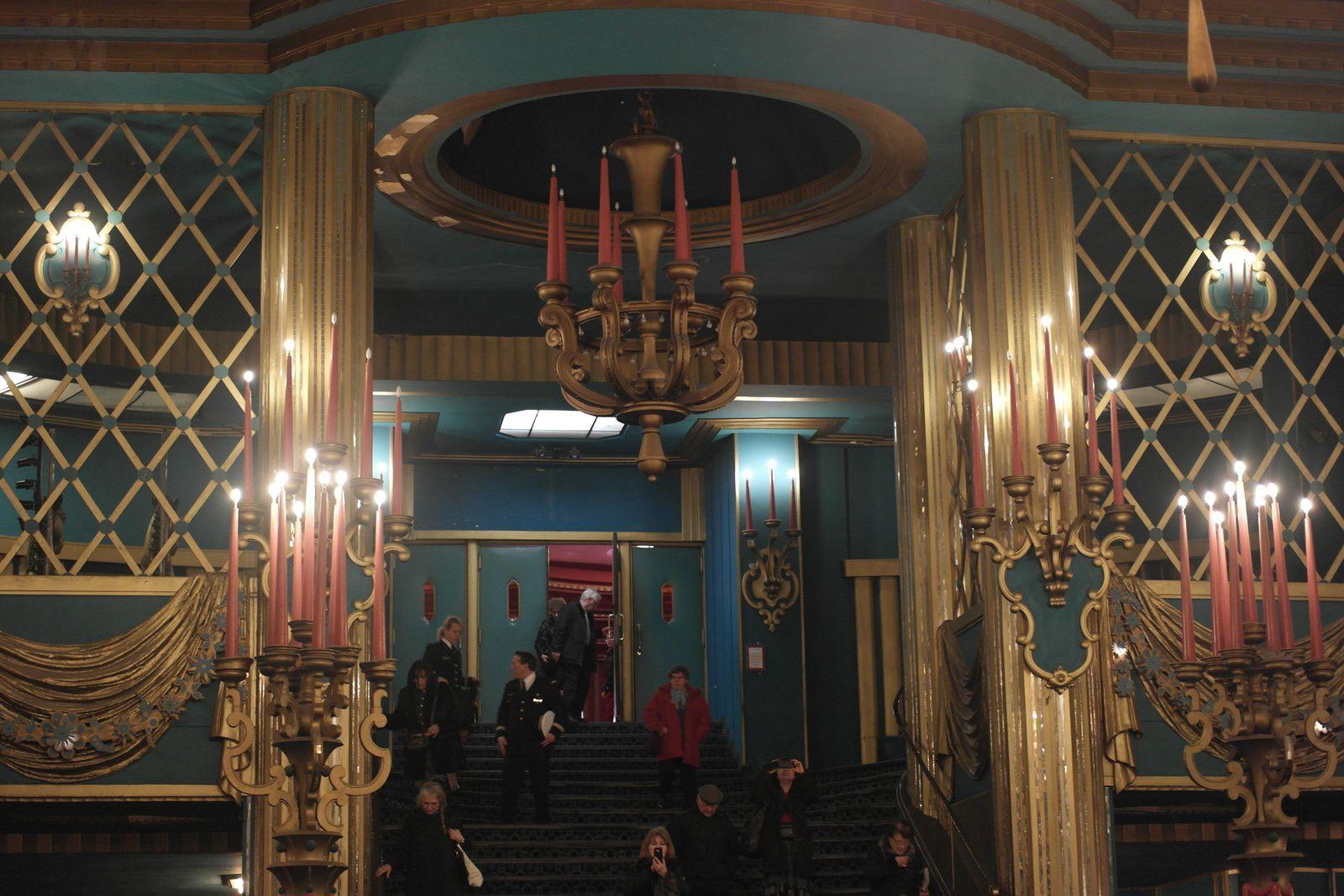 Le grand hall d'entrée à la décoration rococo